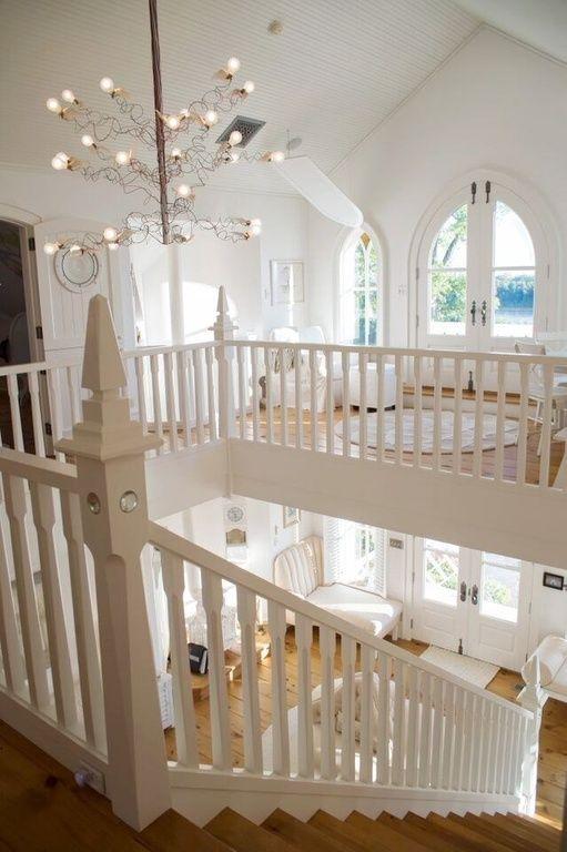 Oben Bibliothek mit Balkon