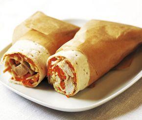 Lättlagade tunnbrödsrullar med kyckling är ett perfekt mellanmål, även gott i matsäck på utflykten. Kryddig kyckling blandas med färskost och fräscha grönsaker. Lägg röran på mjukt tunnbröd och rulla ihop.