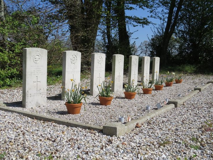 Eglise de Criquetot sur Longueville, cimetière de britanniques et canadiens. Ces hommes étaient en mission pour le bombardement du site V1 de Pommeréval lorsque leur avion a été abattu le 25 juin 1944. A la découverte des églises de nos villages 2015
