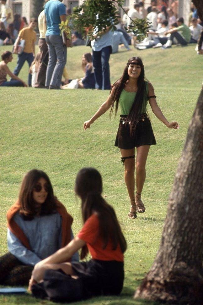Série de fotos mostra como pessoas se vestiam pra ir pra aula nos anos 60. Nesta época, o fotógrafo Arthur Schatz da revista LIFE, visitou uma escola de Beverly Hills, na Califórnia, e registrou o estilo único das garotas do ensino médio.