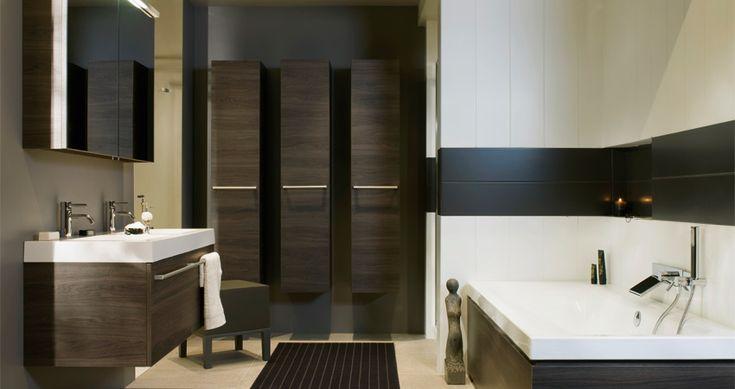 Badkamer de wand van het bad is betegeld met grote witte tegels in de verticale richting en - Witte matte tegel ...