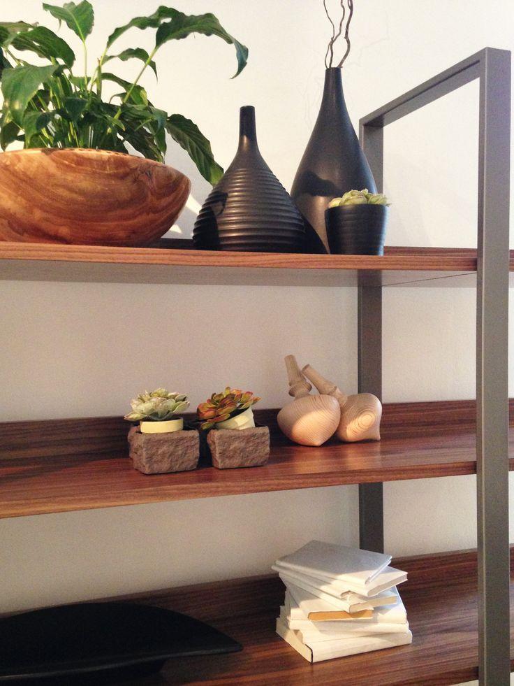 Objetos de cerámica y madera decorando nuestra biblioteca Tupai. #solsken www.solsken.com.ar