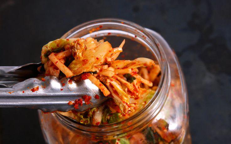 Kimchi je tradiční fermentovaná (kvašená) korejská pochoutka, která je vyrobena ze zeleniny a koření. Je nízkokalorické, má vysoký obsah vlákniny, živin, vitamínů - A, B1, B2 a C. Je bohaté na esenciá