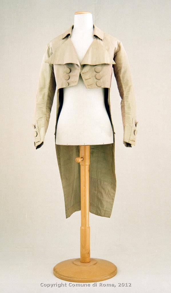 Marsina , about 1790, silk taffeta cangiante  In the last decade of the eighteenth century, the simplified line of marsina approaches Additionally to frac English or redingotto (from riding coat, jacket for riding) packed with simple fabrics in neutrals, foothills dovetail rear, short torso above the waist marked by a distinct horizontal cut and closed double breasted with large circular buttons.