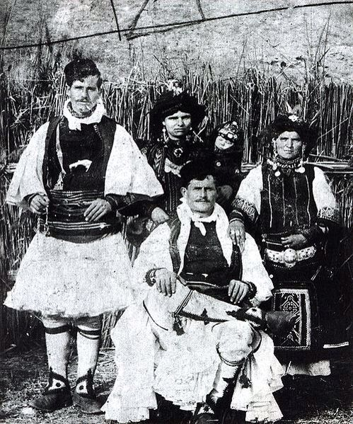 Οικογένεια Σαρακατσάνων στην Θράκη, 1938.  «Νομάδες από πανάρχαια μήτρα κτηνοτρόφων, τσελιγκάδες, τσοπάνοι, προβαταραίοι, χωρίς δική τους γη και μόνιμη κατοικία. Περπατάρηδες και κόσμος από λόγγα, αυτοί είναι οι Σαρακατσάνοι. Ζούνε στους κάμπους τον χειμώνα κι ανεβαίνουν στα βουνά το καλοκαίρι. Η ζωή τους είναι ένα ταξίδι, μια αδιάκοπη μετακίνηση».  Χατζημιχάλη, Αγγελική (1957). Οι Σαρακατσάνοι.