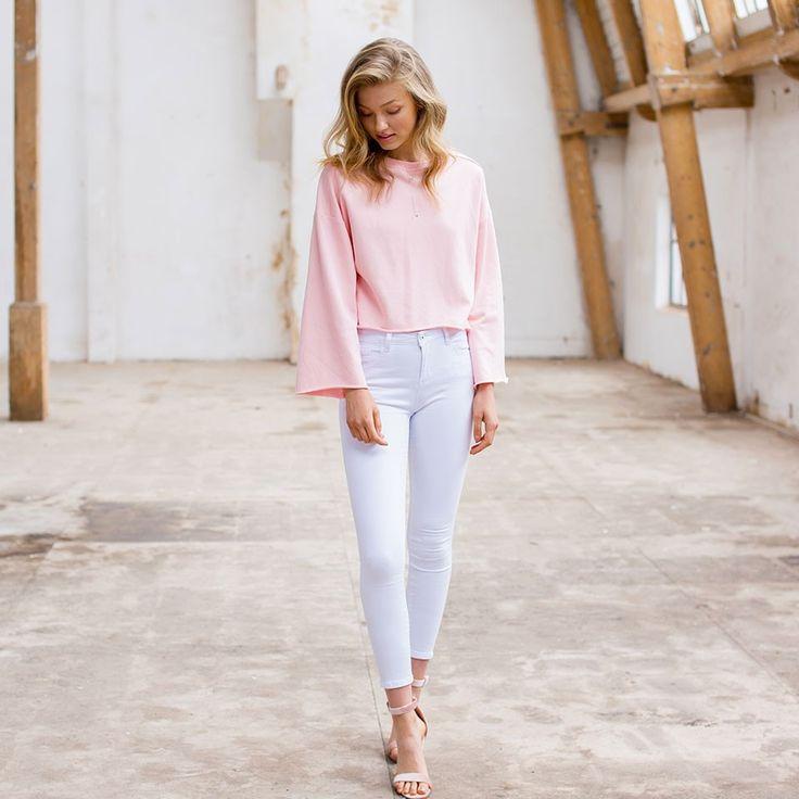 CLEAN WHITE JEANS - In de zomer maakt je zwarte broek plaats voor een wit exemplaar, yay! By ModeMusthaves.com.