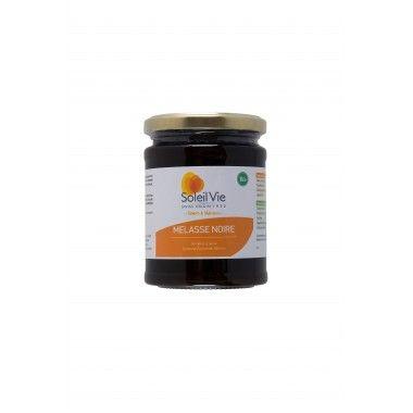 La mélasse noire est un édulcorant naturellement riche en minéraux contrairement au sucre blanc raffiné dont l'essentiel des nutriments a été enlevé. Elle est riche en manganèse, cuivre, fer, calcium, potassium, magnésium et sélénium. C'est aussi une bonne source de vitamine B6. La mélasse est un sirop très épais, dérivé du raffinage du sucre extrait de la canne à sucre, à diluer dans de l'eau tiède ou à tartiner.