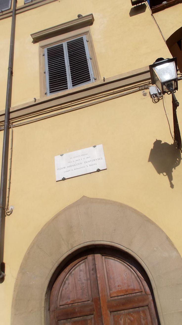 """Fedor Michaijolvitch Dostoevsij scrisse """"l'idiota"""" nei pressi di questa casa in Piazza Pitti, dove si era rifugiato inseguito dai creditori russi, tra l'inverno 1868 e l'estate 1869"""