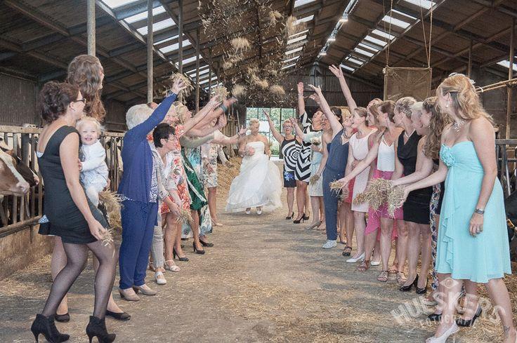 de stro-douche van de bruid - dikke pret! in de koeiestal.