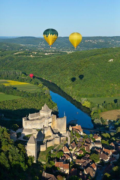 Vous découvrirez de nombreux monuments et lieux culturels, historiques en Dordogne. Pourquoi ne pas vous offrir un tour en montgolfière pour vous accorder une vue imprenable ? #france #dordogne