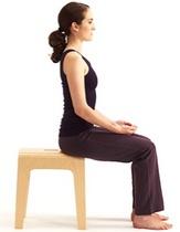Für eine bildschöne Sitzhaltung. Diese Übung macht die Vernetzung der Muskulatur von Fuß bis Becken spürbar. Durch minutiöse Bewegungen der Füße setzen sich die Sitzbeinhöcker in Bewegung, der Levator Ani aktiviert sich.