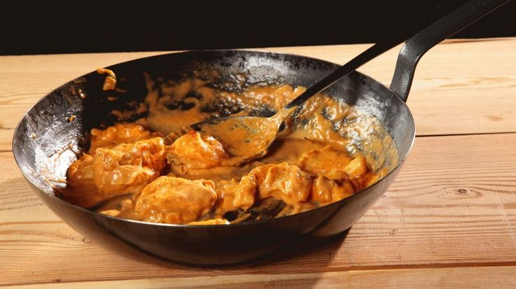 Ricetta Petto di pollo alla paprika: Il petto di pollo alla paprika è un'ottima soluzione per valorizzare un ingrediente poco attraente come il petto di pollo.  Scegliete se usare la paprika forte o quella dolce, o, ancora, quella affumicata: il vostro petto di pollo alla paprika avrà così una personalità diversa!
