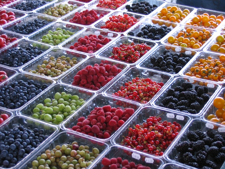 berries at the Jean-Talon market