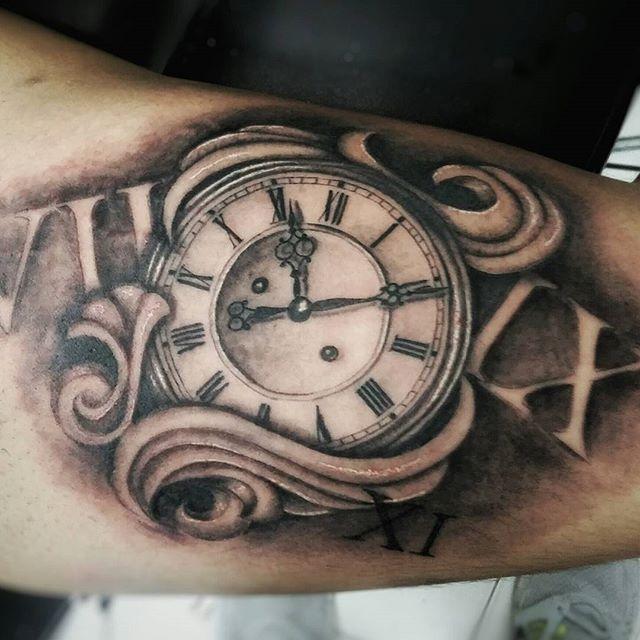 oltre 25 fantastiche idee su tatuaggi orologio su pinterest tatuaggi di orologio da taschino. Black Bedroom Furniture Sets. Home Design Ideas
