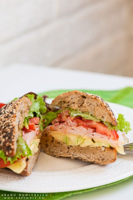 Fotografia culinară este de departe cea mai bună specializare fotografică - sandwich cu jambon de curcan, avocado, bacon, gouda, salată verde și roșii