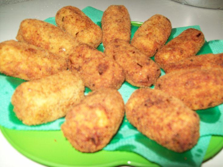 5 batatas  - 1 ovo  - 1 lata de sardinha  - Farinha de trigo o suficiente para deixar a massa durinha  - Sal a gosto  - Farinha de rosca para empanar  - Óleo para fritar  -
