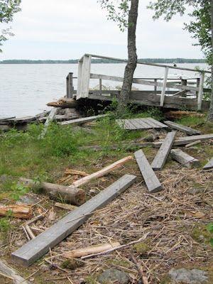 Tapaninpäivän myrsky 2012 paiskasi laiturin rantaan.
