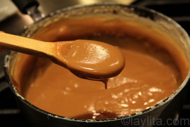 Dulce de leche tradicional. Combine (8 tazas de leche entera. 2 a 2 ½ tazas de azúcar , a gusto,1 cdita. de vainilla. ¼ cucharadita de bicarbonato de soda) en una olla grande sobre fuego medio-bajo, revuelva hasta que el azúcar  se disuelva bien. Reduzca el fuego a bajo. Cuando termina la cocción, para que tome brillo, poner la olla en agua fría y revolver hasta que enfríe.