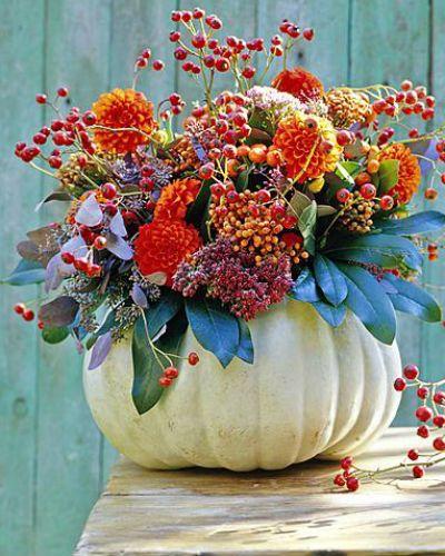 Zodra rozenbottels kleuren is het tijd om ze te knippen. Ze hebben een geweldig effect in kransen en boeketten.Fotografie: Hollandse Hoogte