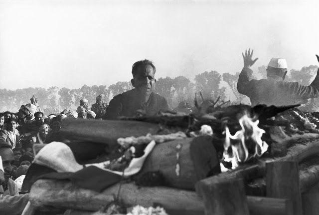 Η καύση της σωρού του Γκάντι με τον γραμματέα του δίπλα του Δελχί 1948