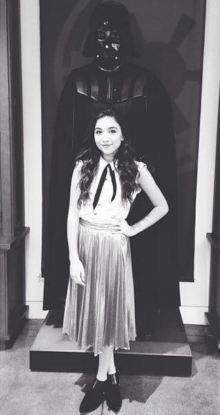 Rowan Blanchard! usando una linda falda metalica <3 amamos su outfit #teens #fashion #style