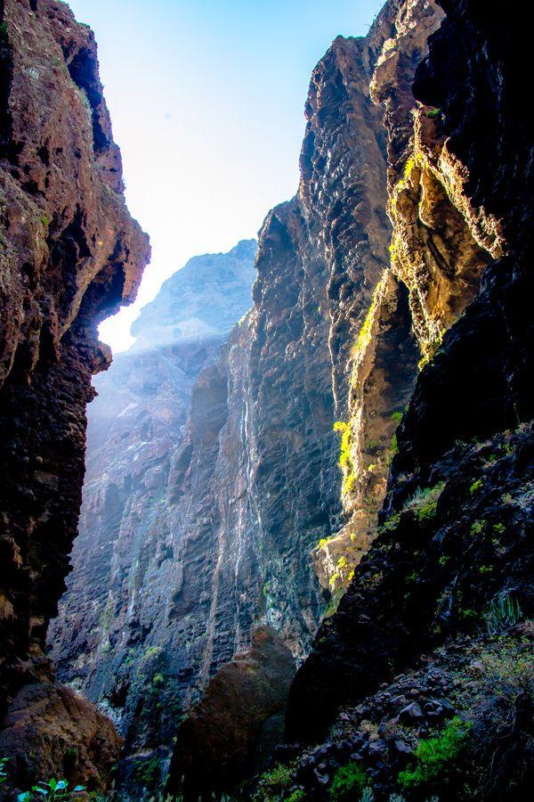 Masca, Tenerife. Una de las mejores caminatas que puedes hacer en la isla. Naturaleza en estado puro. Después de 4 horas de camino, acabas en una playa paradisíaca, sin nadie. He ido tres veces, y aún quiero repetir.