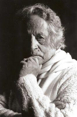 En el año 53 empecé a dictar clases. Ya para 1954 conocí a Marta Traba, que recién había llegado de Europa y nos hicimos grandes amigos. Y fue así como realizamos el primer programa sobre arte que fue narrado por Marta, en la televisión en blanco y negro. Posteriormente en 1962 se fundó en Bogotá el Museo de Arte Moderno y ella fue su primera directora, cargo en el que estuvo hasta 1967, y en el que la sucedió Obregón.