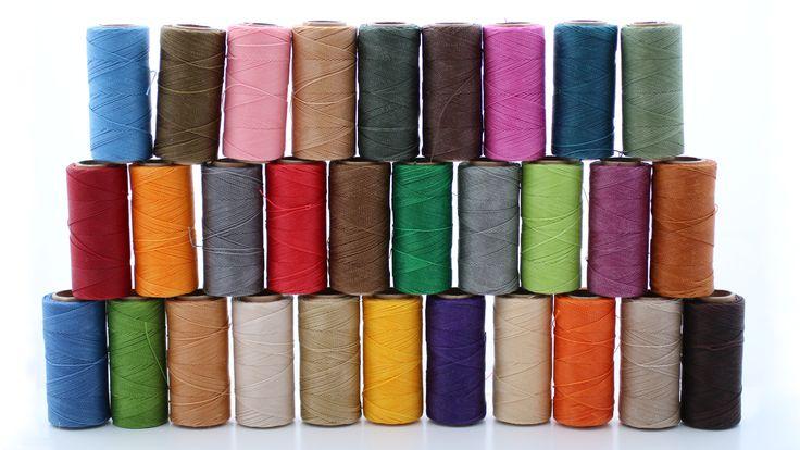 Sznurek poliestrowy woskowany renomowanej brazylijskiej firmy, idealny do wszelkiego supełkowania, splotów makramowych a nawet scrapbookingu i zszywania elementów skórzanych. Sznurek jest bardzo wytrzymały, odporny na działanie słońca i wody (prace z użyciem sznurka mogą być prane ręcznie w temp. max 60 st.C). Sznurek nie siepie się, łatwo się przypala.  Grubość-1mm  100%poliester