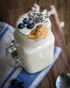 Batido de vainilla: 1 taza de yogurt griego ecológico. 2 tazas de leche vegetal sin endulzar. 1 plátano congelado. 1 cucharadita de mantequilla de cacahuete. 1 pizca de vainilla en polvo. 1 cucharadita de chía