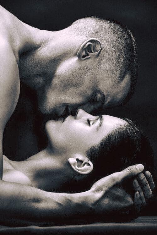 """""""Momentul de eternitate - doar el si nimic mai mult - Cand extazul cel mai profund ne cuprinde-n strafunduri In timp ce obrajii ne ard , bratele ni se deschid , iar buzele se ating."""" Robert Browning"""