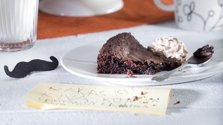 Helppo mutakakku tehdään kaakaosta. Ainekset vain sekoitetaan keskenään. Kakku on parhaimmillaan uunituoreena. Resepti vain noin 0,30 €/annos.