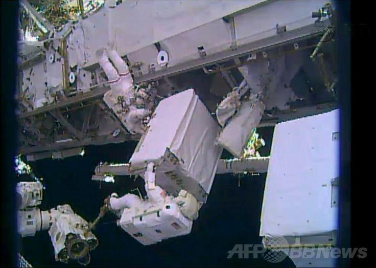国際宇宙ステーション(International Space Station、ISS)で、冷却システム装置を修理するため船外活動を行う米国人宇宙飛行士のリック・マストラキオ(Rick Mastracchio)さん(中央下)とマイク・ホプキンス(Mike Hopkins)さん(左上、2013年12月24日撮影)。(c)AFP/NASA TV ▼25Dec2013AFP ISS船外活動を無事完了、冷却装置を修理 http://www.afpbb.com/articles/-/3005612 #International_Space_Station #ISS #Rick_Mastracchio #Mike_Hopkins