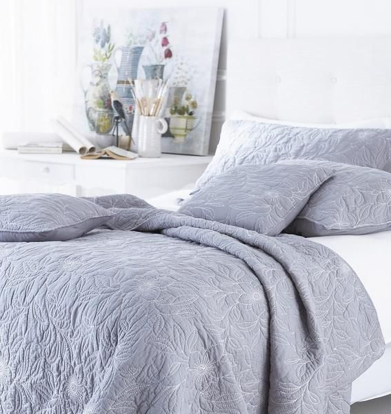 This fine cotton bedspread gives a bedroom a peaceful air, thanks to the soft blue tone complimented by the ivory embroidery. This bedspread looks amazing team
