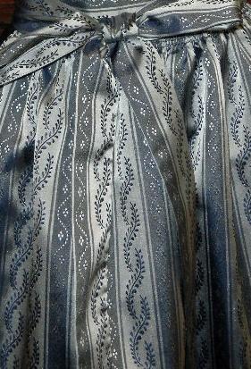 Country Hotel Kleidung - Dirndl - Trachtenmode - Landhausmode und mehr - Dirndlschürze SILENNA Taft silber/blaugrau changierend