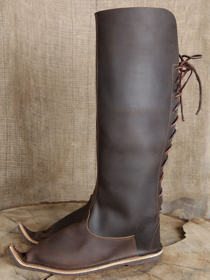 Auch dieser Stiefel wird hinten mit Lederriemen geschnürt