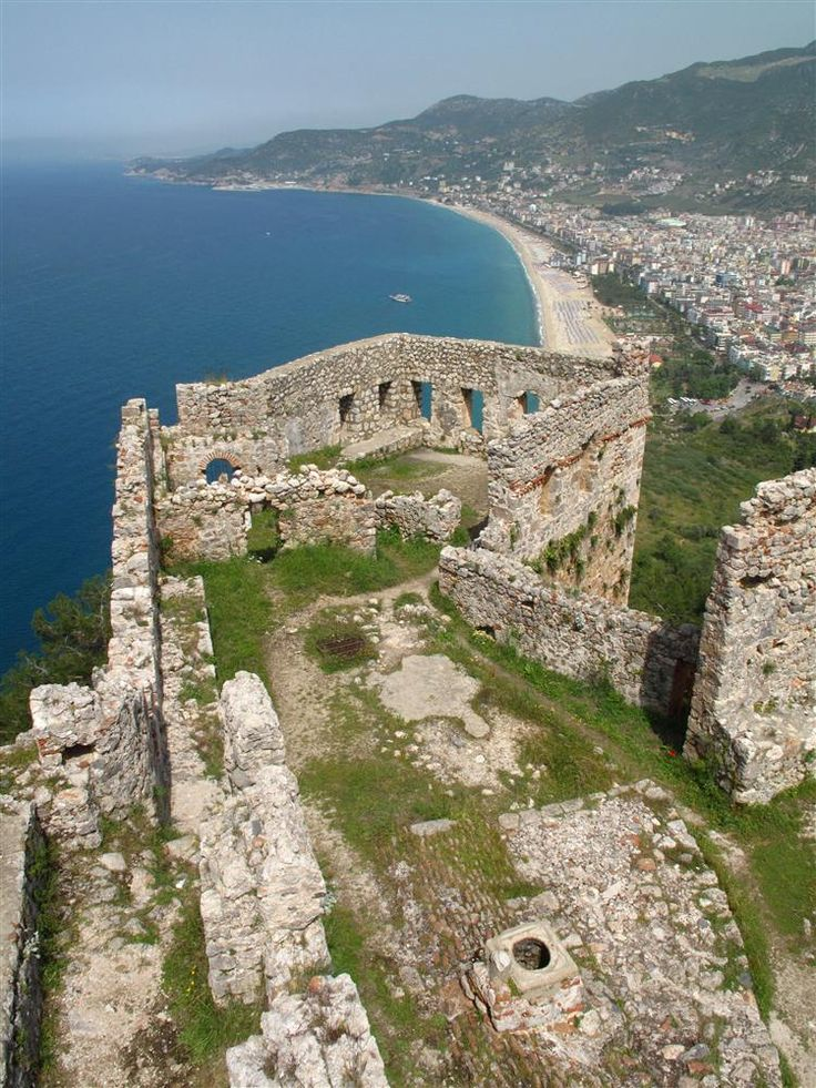 Ehmedek-Eğri kapı/Alanya/Antalya/// I.Alaadin Keykubat tarafından Kızıl Kule'den bir sene sonra Helenistik dönem kalıntılarının üzerinde inşa ettirilen yapıda diğer duvarlara göre daha iri taşlar kullanılmıştır.