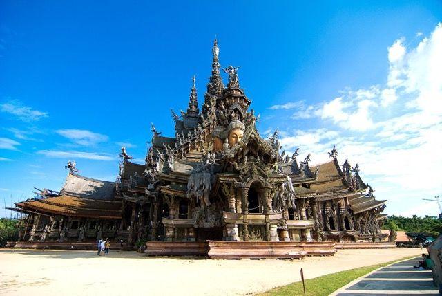 タイのサグラダファミリアと言われるサンクチュアリオブトゥルース。タイのおすすめ観光名所