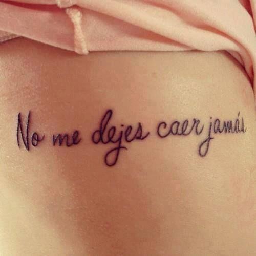 """Pequeño tatuaje en el costado que dice """"No me dejes caer jamás""""."""