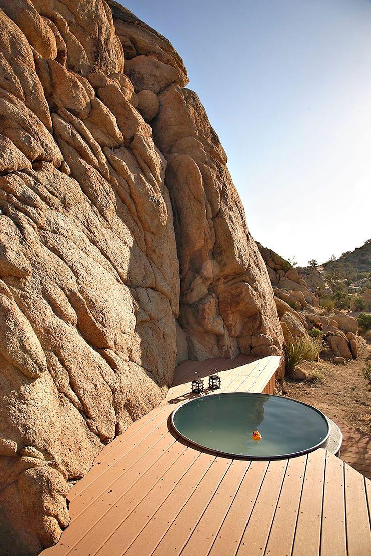 ¡Fabuloso deck con pileta al pie de una montaña en el desierto de Mojave!