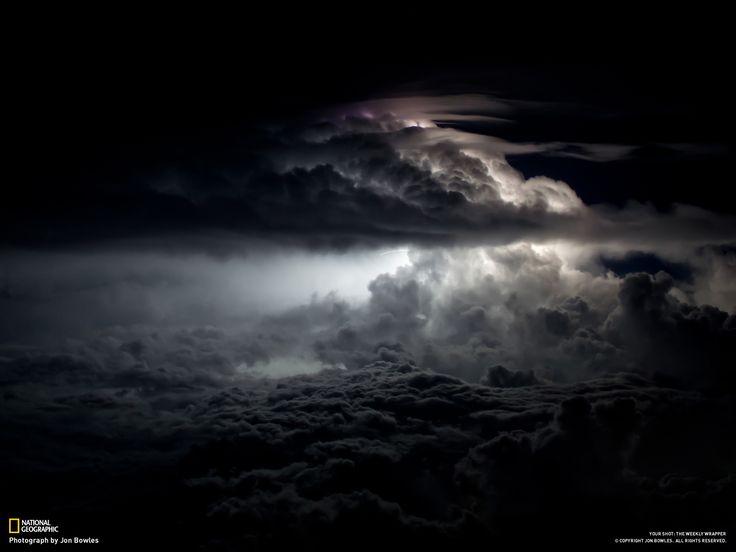 Fotografia di Jon Bowles / Durante una tempesta notturna, dalla pista di un aeroporto a Calcutta, India.