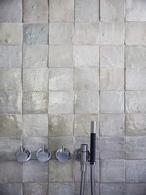 Grijze tegels - industriële badkamer