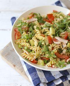 Lekker op een zomerse dag: pastasalade! Voor 2 personen 150 gr pasta (het liefst volkoren) 2-3 tomaten 1 bosui 1 el pesto 50 gr rucola 1/4 komkommer zout/peper 100 gr kipreepjes
