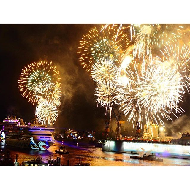 ️️  #040 #aida #aidaprima #diewocheaufinstagram #duperledu #feuerwerk #hafen #hafengeburtstag #hafenliebe #Hamburg #hamburgmeineperle #hh #saturday #wearehamburg #wearehh #welovehh