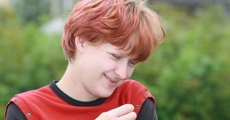 Estilos de cabelos andróginos. Os estilos de corte de cabelo andróginos ficam bem em homens ou mulheres, sem mudar as aparências. Realçando uma variedade de formas de rosto, um estilo andrógino pode acentuar tanto os traços masculinos quanto os femininos. Ele pode ser longo ou curto, mas tende a ser mais curto e há muitos visuais populares para escolher.
