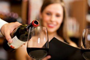 Warum Ihr Weinglas entscheidet, wie viel Sie trinken