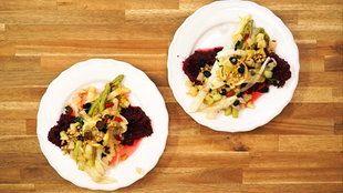 Spargel aus dem Ofen mit Birnenwürfeln und roter Polenta | Bildquelle: wdr