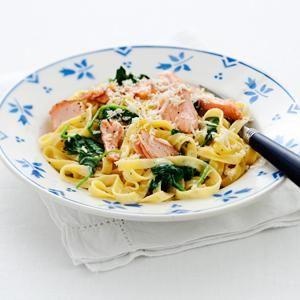 Krämig pasta med varmrökt lax