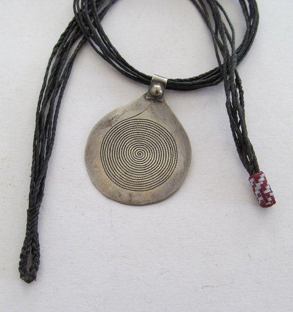 Traditionelle Spirale als Schmuckform im südlichen Marokko. Silberlegierung: ca. 5,2 cm groß Spiralen in allen Größen und Varianten haben bei dem Volk der Berber und Tuareg eine lange Tradition. Sie dienen als Symbol für den Lebensverlauf und schützen vor dem bösen Blick. Das kräftige geflochtene Leder Band - Kamel Leder - gehört zur Spirale dazu. (Handarbeit der Tuareg aus Niger.)   Fragen werden gerne beantwortet: horstschmidt03@yahoo.de  Horst Schmidt Feuchtwanger Str. 29 91541…