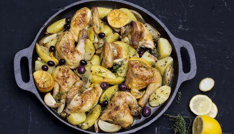 Denne kyllingretten er lett å lage, og både kylling og poteter får deilig smak av hvitløk og timian mens formen står i ovnen. Server gjerne med noen gode sorte oliven.