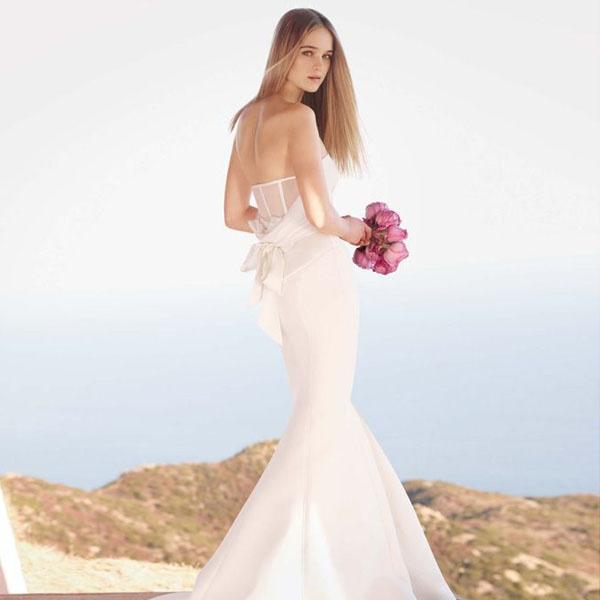 아름다운 디자인을 입을 수 있는 권리    여성의 마음을 훔치는 웨딩드레스로 유명한 웨딩드레스 디자이너 베라왕의 드레스는 고급스러운 원단과 엘레강스하고 러블리한 디테일로 특히 유명하다. 하지만 베라왕의 드레스는 400~1500만원을 호가하는 가격으로 비싸다는 단점이 있는데 이에 베라왕은 '모든 신부들은 좋은 디자인을 입을 권리가 있다.'고 말하며 합리적인 가격을 내세운 세컨드라인 화이트 바이 베라왕을 2011년부터 런칭하였다.  화이트 바이 베라왕은 60~150만원 선으로 구매가 가능하다.    white by vera wang> Published by www.notbooth.com